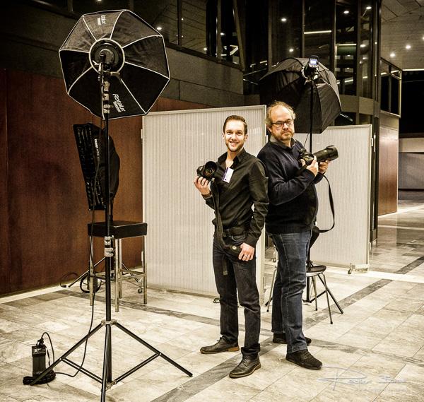Jasper en Rogier, twee fotografen van het RFC, werken samen tijdens een recent event in het WTC.
